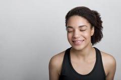 微笑的运动装妇女 免版税库存图片