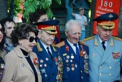 微笑的退役军人、男人和妇女,照片的姿势 免版税库存照片