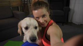 微笑的适合的妇女拥抱宠物Selfie画象  股票视频