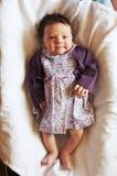 微笑的逗人喜爱的矮小的女婴 免版税库存图片