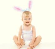微笑的逗人喜爱的婴孩画象服装复活节兔子的 免版税库存照片