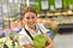 微笑的雇员画象在超级市场 免版税库存照片