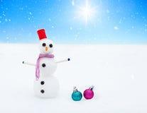 微笑的雪人和圣诞节装饰在期间的森林里降雪 横向美丽如画的冬天 库存图片