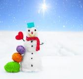 微笑的雪人和圣诞节装饰 横向美丽如画的冬天 免版税库存照片