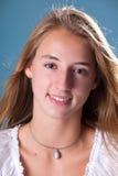 微笑的青少年的女孩 库存图片