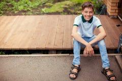 微笑的青少年的户外在夏天 免版税图库摄影
