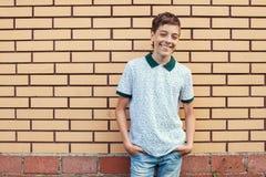 微笑的青少年的户外在夏天 免版税库存图片