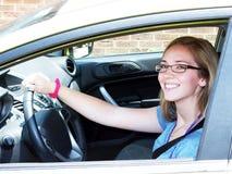 微笑的青少年的司机 库存照片