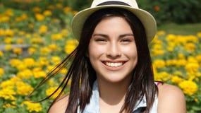 微笑的青少年的女孩夏令时 免版税库存图片