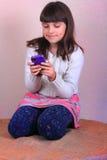 微笑的青春期前女孩发短信 免版税库存照片