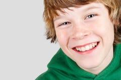 微笑的青春期前的男孩 免版税库存照片