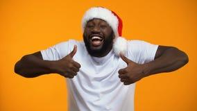 微笑的非裔美国人显示赞许,圣诞节快乐假日的圣诞老人 股票视频