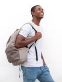微笑的非裔美国人男性大学生走 库存图片
