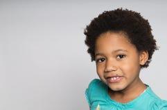 微笑的非裔美国人的女孩 免版税库存图片