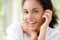 微笑的非洲妇女 免版税库存图片