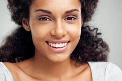 微笑的非洲妇女 免版税库存照片
