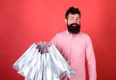 微笑的面孔的shopaholic的行家是购物使上瘾或 在销售季节的人购物与折扣 刮胡须人 免版税库存图片