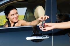 微笑的驱动器藏品她的汽车关键字 免版税图库摄影