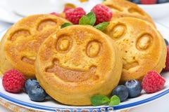 微笑的鲜美玉米薄煎饼用莓果,特写镜头 免版税库存照片