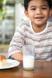 微笑的年轻亚裔男孩 图库摄影