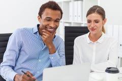 微笑的黑人和他的同事 免版税库存照片