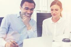 微笑的黑人和他的同事 免版税库存图片