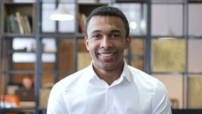 微笑的黑人在办公室 股票视频
