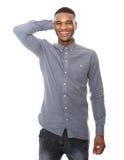 微笑的年轻黑人用在头的手 免版税图库摄影