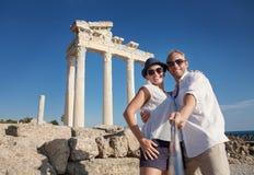 微笑的年轻夫妇拍在古色古香的废墟的一张selfie照片 免版税库存图片