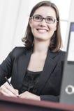 微笑的年轻女商人 免版税库存照片