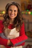 微笑的年轻主妇佩带的厨房手套画象  免版税库存图片