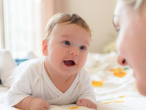 微笑的婴孩和母亲 图库摄影