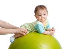 微笑的婴孩特写镜头画象健身球的 锻炼和按摩,婴孩健康构想 免版税库存照片