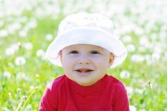 微笑的婴孩画象反对絮球的 免版税库存照片