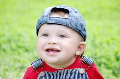 微笑的婴孩画象户外在夏天 免版税库存图片