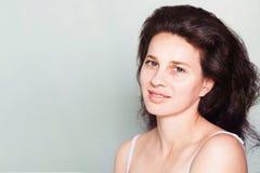 微笑的30岁的妇女画象  库存图片
