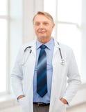 微笑的医生或教授有听诊器的 免版税库存图片