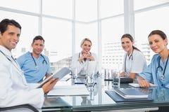 微笑的医疗队在会议期间 免版税图库摄影