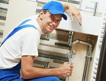 年轻微笑的水管工人工作者 图库摄影