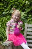 微笑的年轻Redhair女孩在庭院里 库存图片