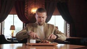 微笑的foodie切开有烤菜慢动作的开胃新鲜的bbq 影视素材