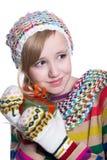 微笑相当佩带coloful被编织的围巾、帽子和手套的女孩,拿着圣诞节礼物被隔绝在白色背景 免版税图库摄影