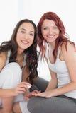 微笑相当少妇绘画朋友钉子 免版税图库摄影