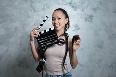 微笑相当有电影对象的青少年的妇女 库存照片