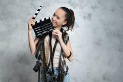 微笑相当有电影对象的青少年的妇女 库存图片
