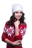 微笑相当穿有圣诞节的性感的少妇五颜六色的被编织的毛线衣装饰和帽子 背景查出的白色 免版税库存图片