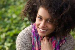 微笑确信的少妇户外 图库摄影