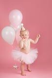 微笑穿一件桃红色芭蕾舞短裙的一个岁生日女孩 免版税库存图片