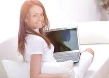 微笑美丽的少妇在家休息和 库存图片