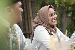 微笑美丽的年轻亚裔的妇女,当吃与frie时的午餐 库存图片